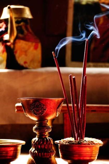 el-incienso-elemento-destacado-de-las-ceremonias-budistas-se-quema-en-uno-de-los-salones-del-monasterio-de-lamayuru_galeria_principal_size2.jpg inciensooo